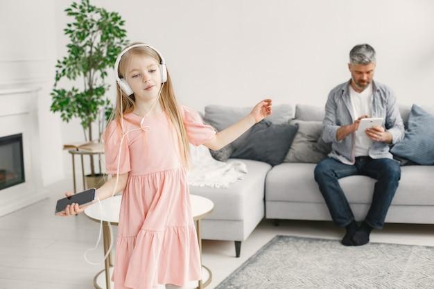 年配の男性、祖父が楽しんで、女の子、孫娘と一緒に時間を過ごす。うれしそうな高齢者のライフ スタイル コンセプト。