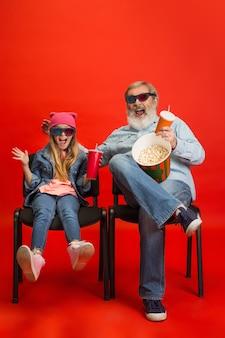 Uomo anziano, nonno che si diverte e trascorre del tempo insieme a una ragazza, nipote.