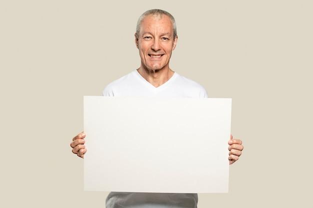 Uomo anziano con in mano una carta bianca