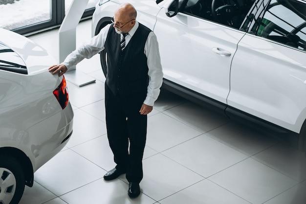 車を選択する車のショールームで年配の男性