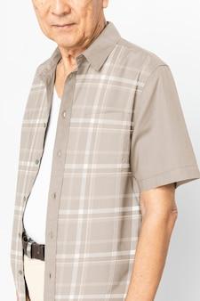갈색 체크 무늬 셔츠에 수석 남자