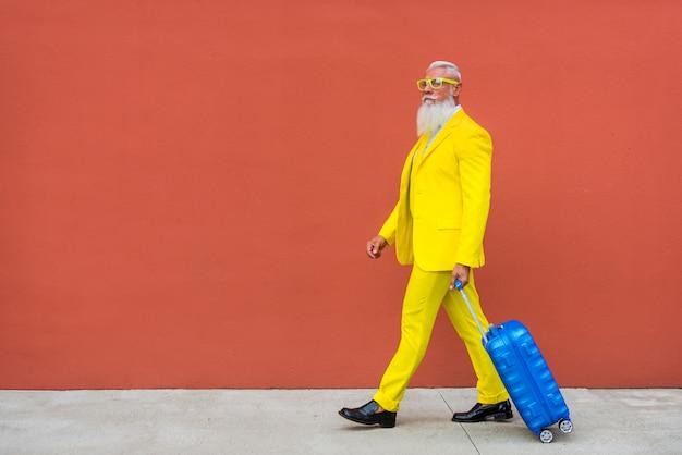 贅沢な黄色のスーツを着た年配の男性