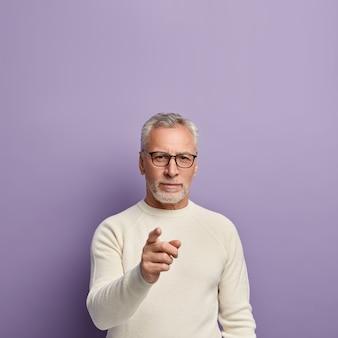白いセーターと眼鏡の年配の男性