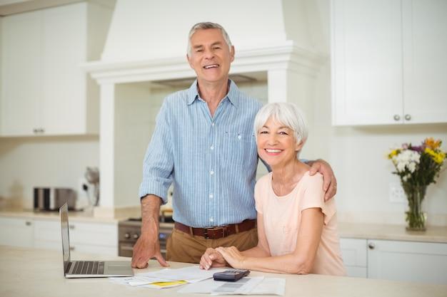 Старший мужчина, взаимодействуя с старший женщина на кухне