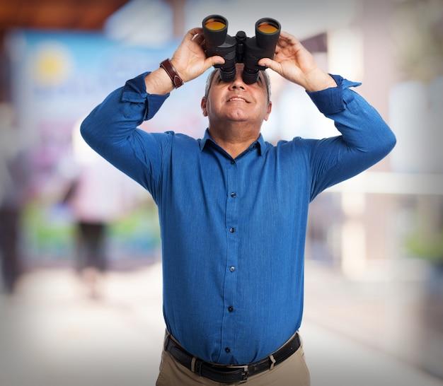 쌍안경을 통해 찾고 수석 남자