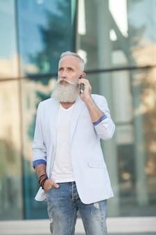 Концепция технологии связи мобильного телефона старшего человека
