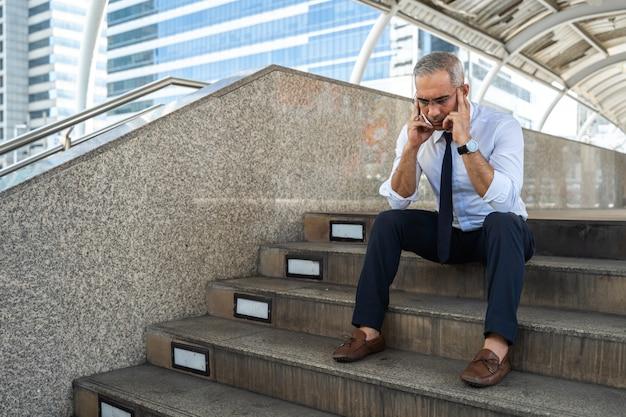 Старший мужчина люди безработные бизнесмен стресс, сидя на лестнице,