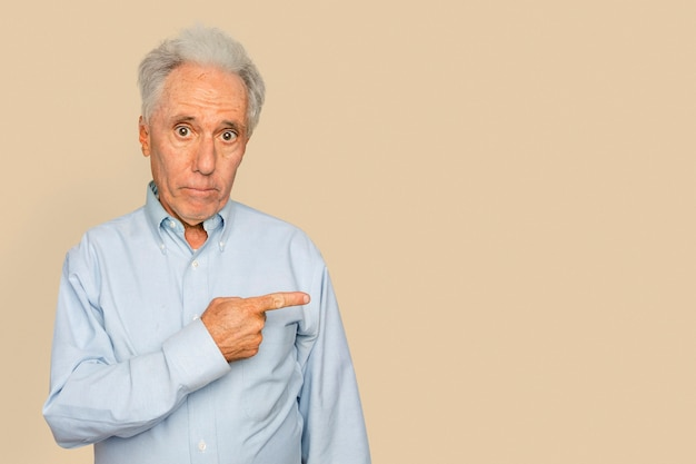 横を指す年配の男性