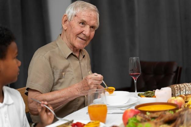 感謝祭の日の夕食の年配の男性の肖像画