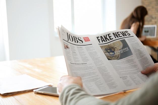 카페, 근접 촬영에서에서 신문을 읽는 수석 남자