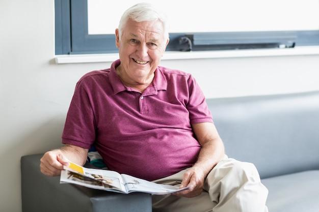 Старший мужчина читает газету
