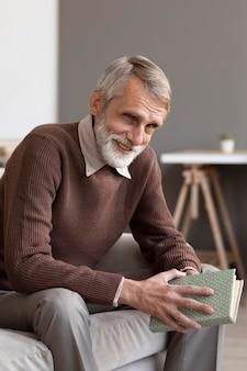 家でリラックスする年配の男性