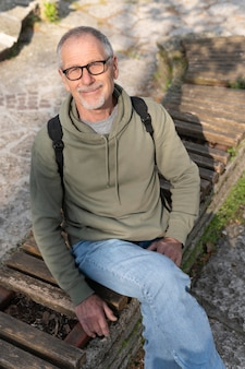 公園でリラックスした年配の男性