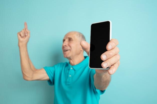 빈 전화 화면을 보여주는 수석 남자