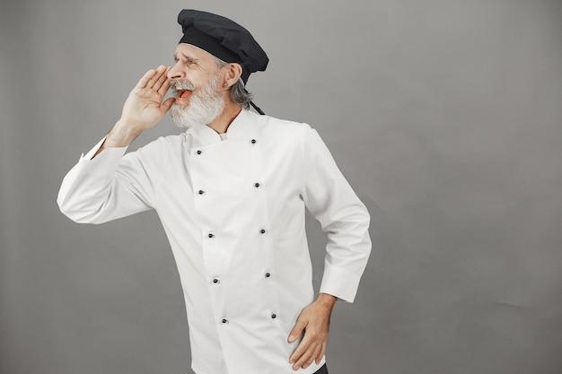 年配の男性はカメラに彼の感情を示しています。ビジネスへの専門的なアプローチ。