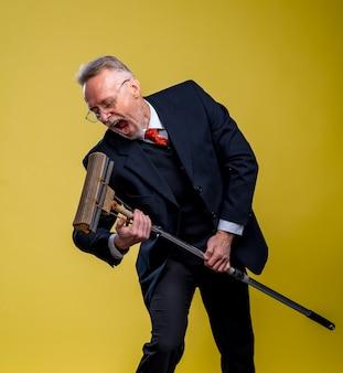 걸레에 노래 수석 남자입니다. 바닥을 청소하는 동안 재미있는 정장을 입은 진지한 남자.
