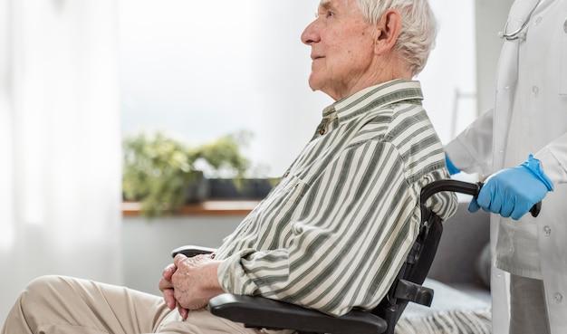 의사 옆 휠체어에 앉아 수석 남자