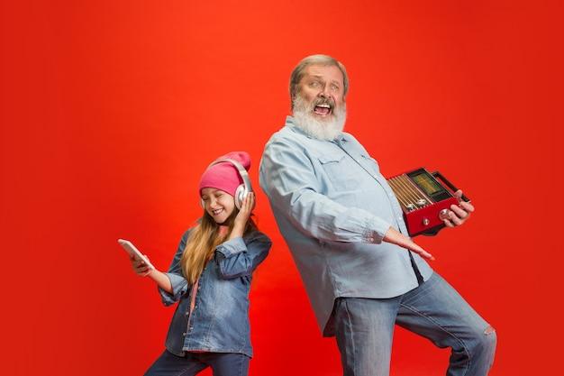 ネオンで孫娘と幸せな時間を過ごす年配の男性。