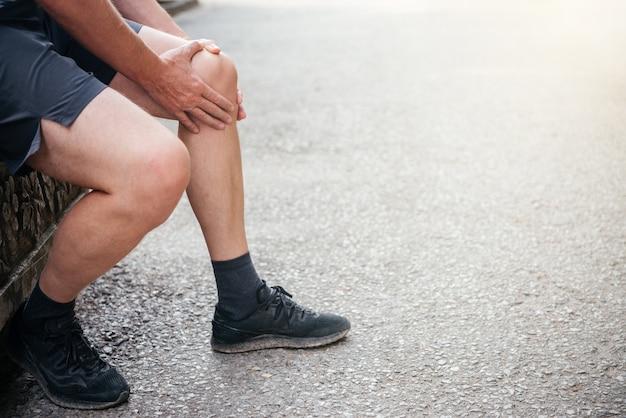 膝の関節炎に苦しんでいる年配の男性