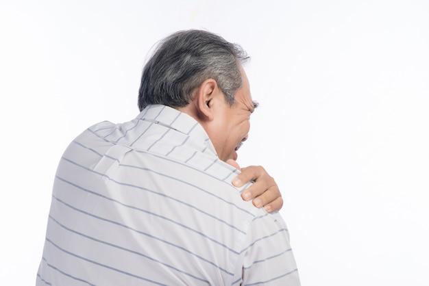 肩の痛みに苦しんでいる年配の男性