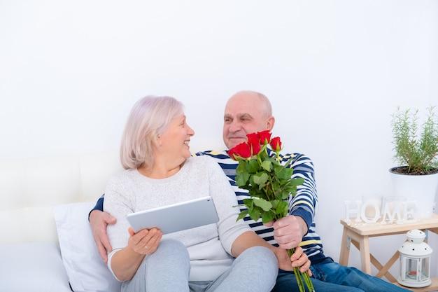 Старший мужчина удивляет жену с розой. отношения, стареют вместе, концепция любви.