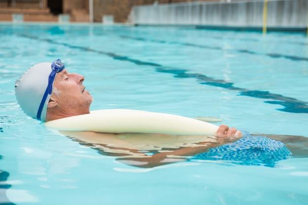 레저 센터에서 수영장에서 수영하는 수석 남자