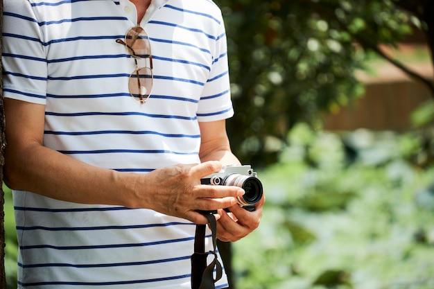 Старший мужчина фотографирует