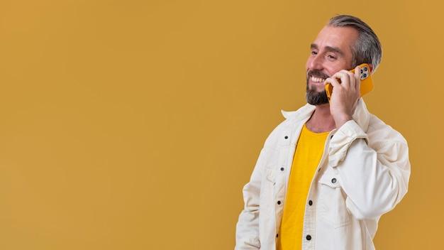 電話で話している年配の男性