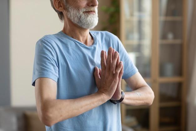 自宅でトレーニングする年配の男性