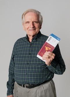 Старший мужчина, путешествующий со своим паспортом