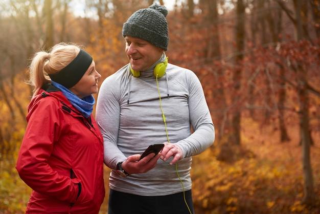 ジョギング中に電話を使用して年配の男性