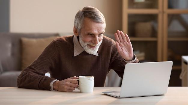 Старший мужчина видеоконференцсвязи