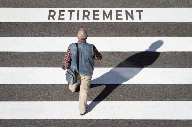 Старший мужчина идет пешком, переходя к пенсионному тексту