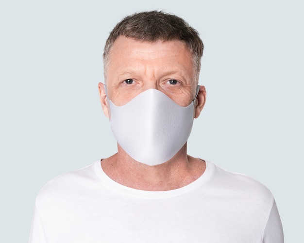 Старший мужчина в маске для лица во время новой нормальной жизни