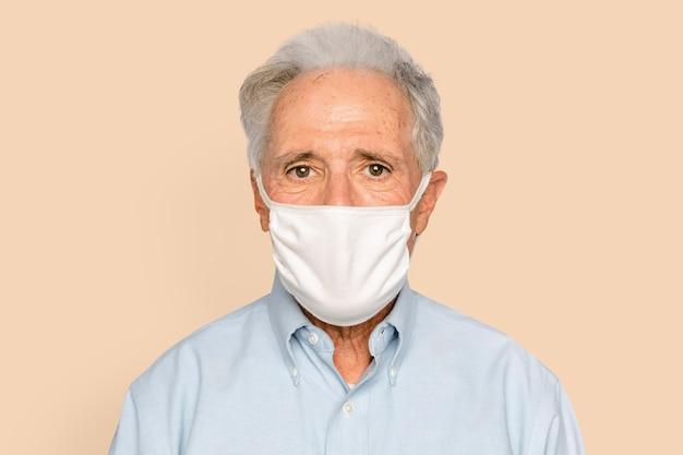 Uomo anziano che indossa la maschera nella nuova normalità