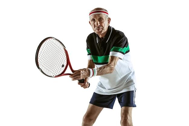 흰색 배경에 고립 된 테니스 sportwear를 입고 수석 남자. 좋은 모양의 백인 남성 모델은 활동적이고 낚시를 좋아합니다. 스포츠, 활동, 운동, 웰빙의 개념. copyspace, 광고.