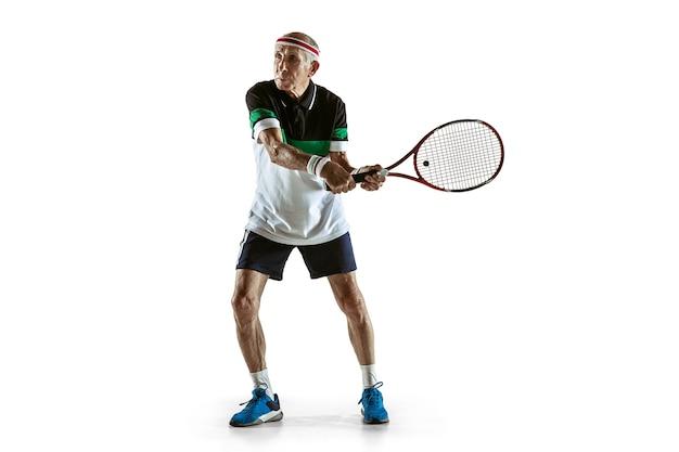 白でテニスをするスポーツウェアを着ている年配の男性