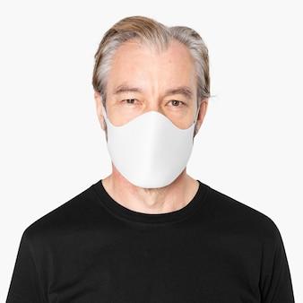 Uomo anziano che indossa la campagna covid-19 maschera facciale bianca con spazio di design