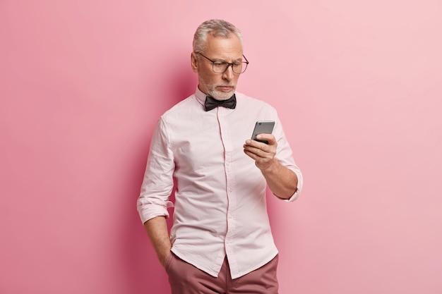 白いシャツと黒い蝶ネクタイを着ている年配の男性