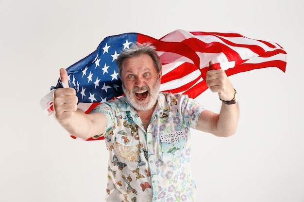 Uomo anziano con la bandiera degli stati uniti d'america