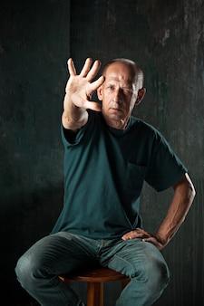 Uomo anziano con la mano estesa