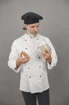 Uomo anziano con un barattolo di farina d'avena. approccio professionale al business.