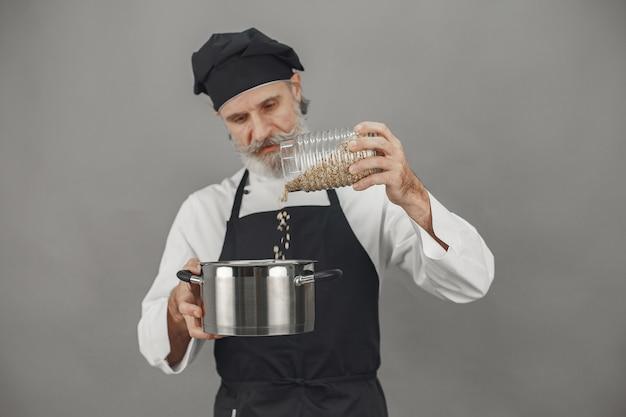 オートミールの瓶を持つ年配の男性。ビジネスへの専門的なアプローチ。
