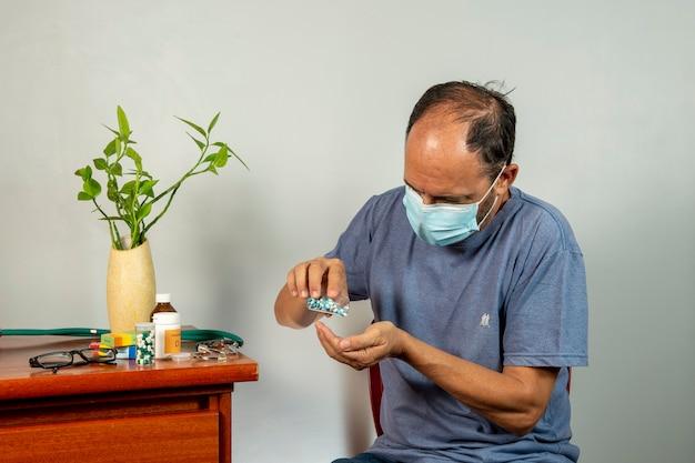肩の痛みを持つ年配の男性。中年の紳士はひどい痛みを感じています。首と肩の怪我に苦しんでいる首と肩の痛み、健康上の問題のある人