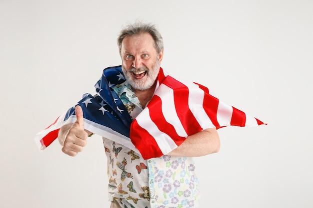 Старший мужчина с флагом соединенных штатов америки