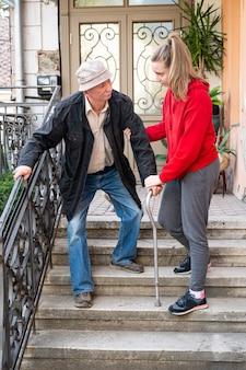 야외에서 손녀와 함께 걷는 지팡이와 수석 남자