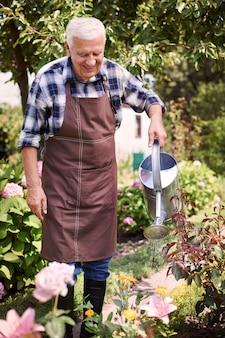 꽃 분야에서 일하는 수석 남자