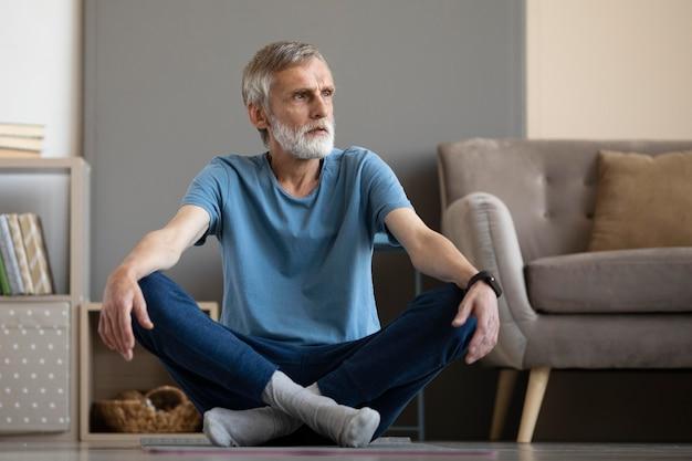 自宅で運動する年配の男性