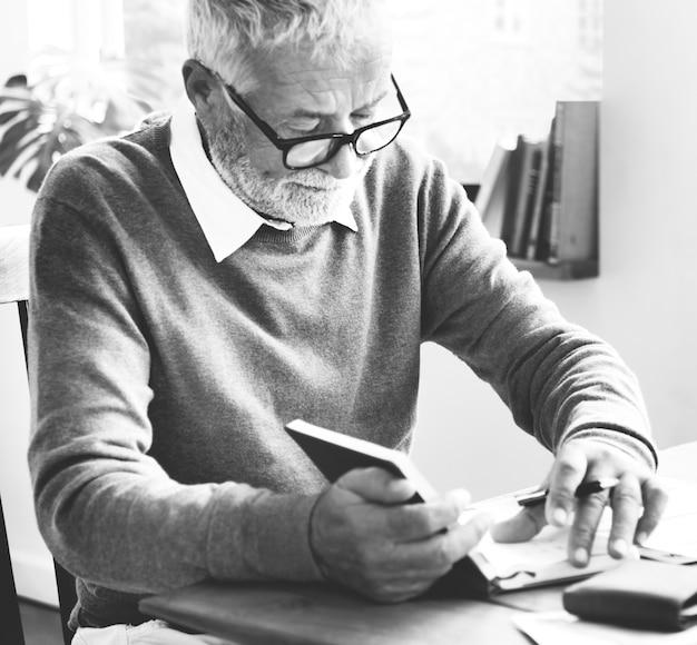 Старший мужчина записывает несколько заметок