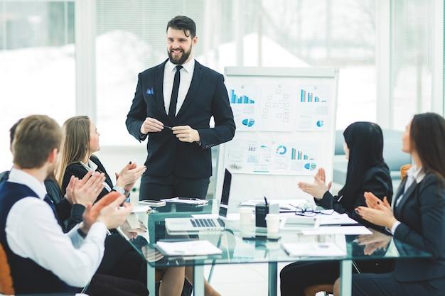 会社のシニアマネージャーとビジネスチームは、新しい金融プロジェクトのプレゼンテーションに関するディスカッションを主催しています